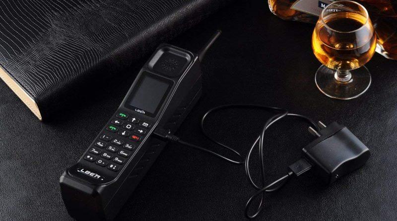 Ретро сотовый телефон – большой «кирпич»
