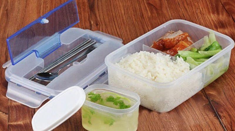Контейнер для еды с ложкой и палочками