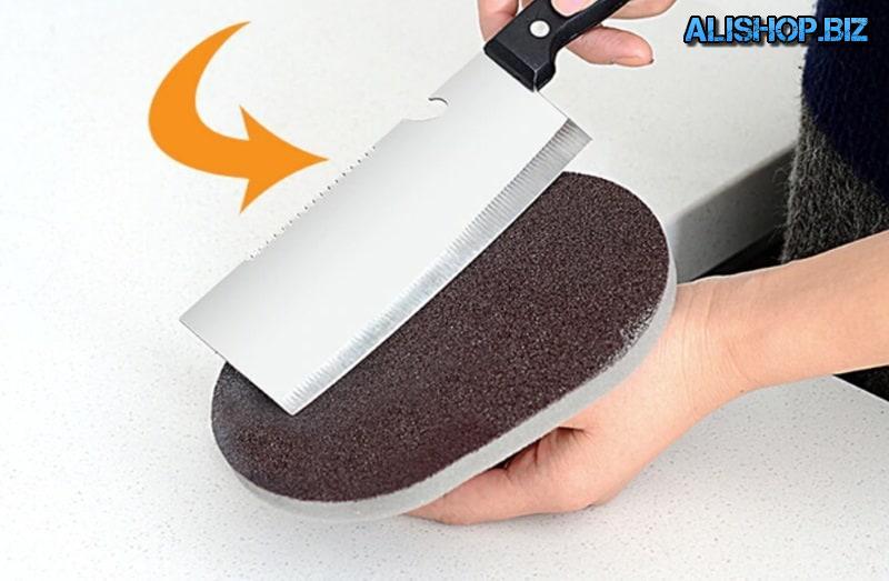 Kitchen sponge with handle