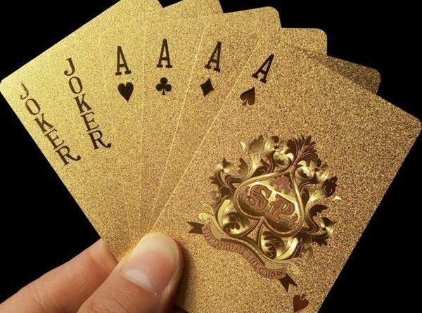 Набор игровых карт в золотом оформлении
